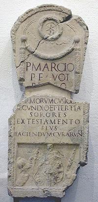Stele funeraria centinata di Publio Marcio, custode delle armi della legione V Alauda Gallica, Clusone, I sec. d.C.