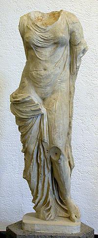 Statua femminile in veste di Afrodite di marmo bianco, provenienza ignota, I sec. a.C.