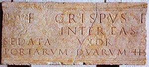Lastra di epoca romana con epigrafe che ricorda la spesa sostenuta da Crispus e dalla moglie Sedata per donare alla città di Bergamo due porte e il tratto di mura compreso tra esse, Bergamo via Porta dipinta, I-II sec. d.C.